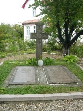 mormintele lui Tudor si Paraschiva Arghezi